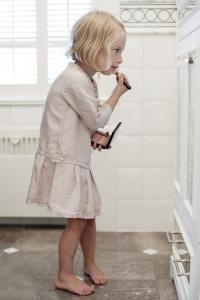niña maquillandose